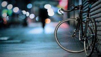 Обои велосипед, замок, колесо, тротуар, стена, руль, огни, свет, рама, спицы, разное, спорт