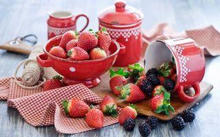 Заставки ягоды, клубника, стол, десерт, кружка, сладости, еда