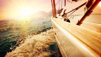 Обои яхта, море, вода, волны, брызги, парус, рассвет, небо, горы, природа