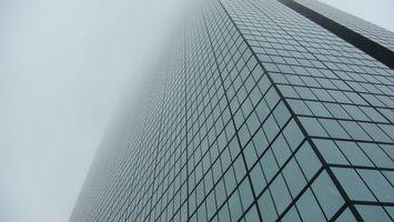 Бесплатные фото здание,небоскреб,высотка,стекло,панели,облака,город