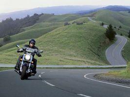 Фото бесплатно байкер, мотоцикл, дорога, холмы, скорость, шлем, мужчины