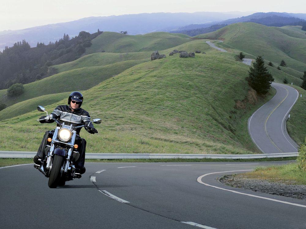Фото бесплатно байкер, мотоцикл, дорога, холмы, скорость, шлем, мужчины, мужчины