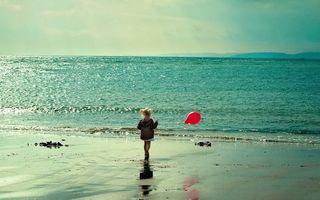 Фото бесплатно девочка, берег, моря, шарик, волны, песок, природа