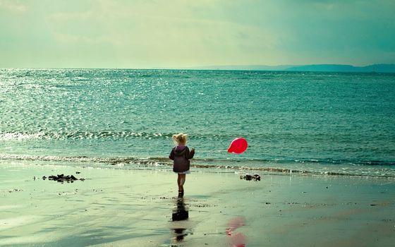 Бесплатные фото девочка,берег,моря,шарик,волны,песок,природа