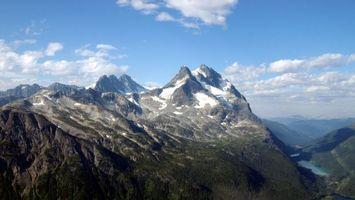 Фото бесплатно горы, скалы, снег, облака, высоко, небо, река, природа