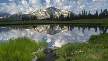 Фото бесплатно горы, скалы, снег, вершины, трава, озеро, вода, отражение, небо, облака, пейзажи