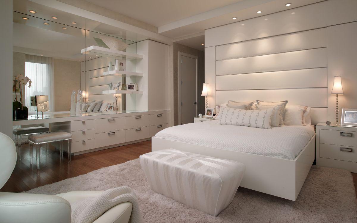 Обои спальня, кровать, белая, пуфик, зеркало, тумбочка, светильники, интерьер на телефон | картинки интерьер