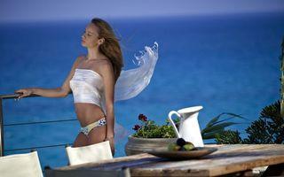 Бесплатные фото трусики,берег,море,бриз,волосы,стол,девушки