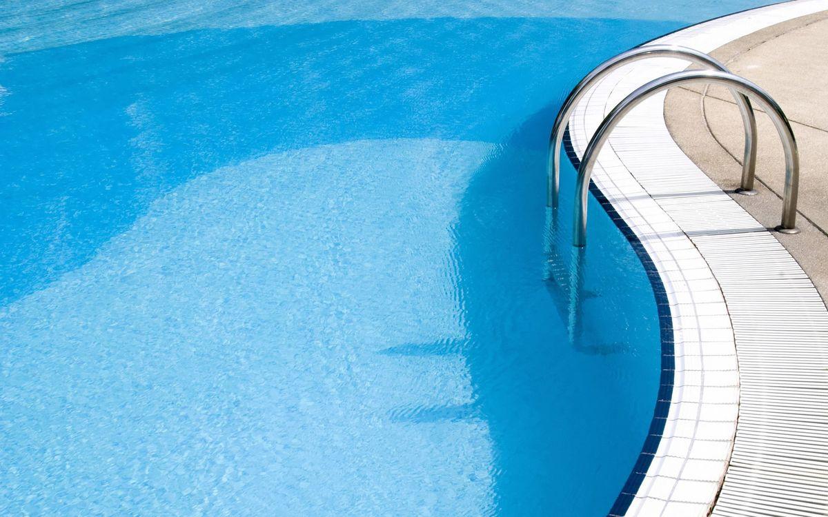Фото бесплатно бассейн, вода, голубая, волны, бриз, лестница, хром, плитка, лето, жара, солнце, свет, настроения, разное, разное
