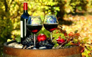 Фото бесплатно бутылка, бокалы, вино, красное, фрукты, виноград, гранат, листья, бочка, напитки