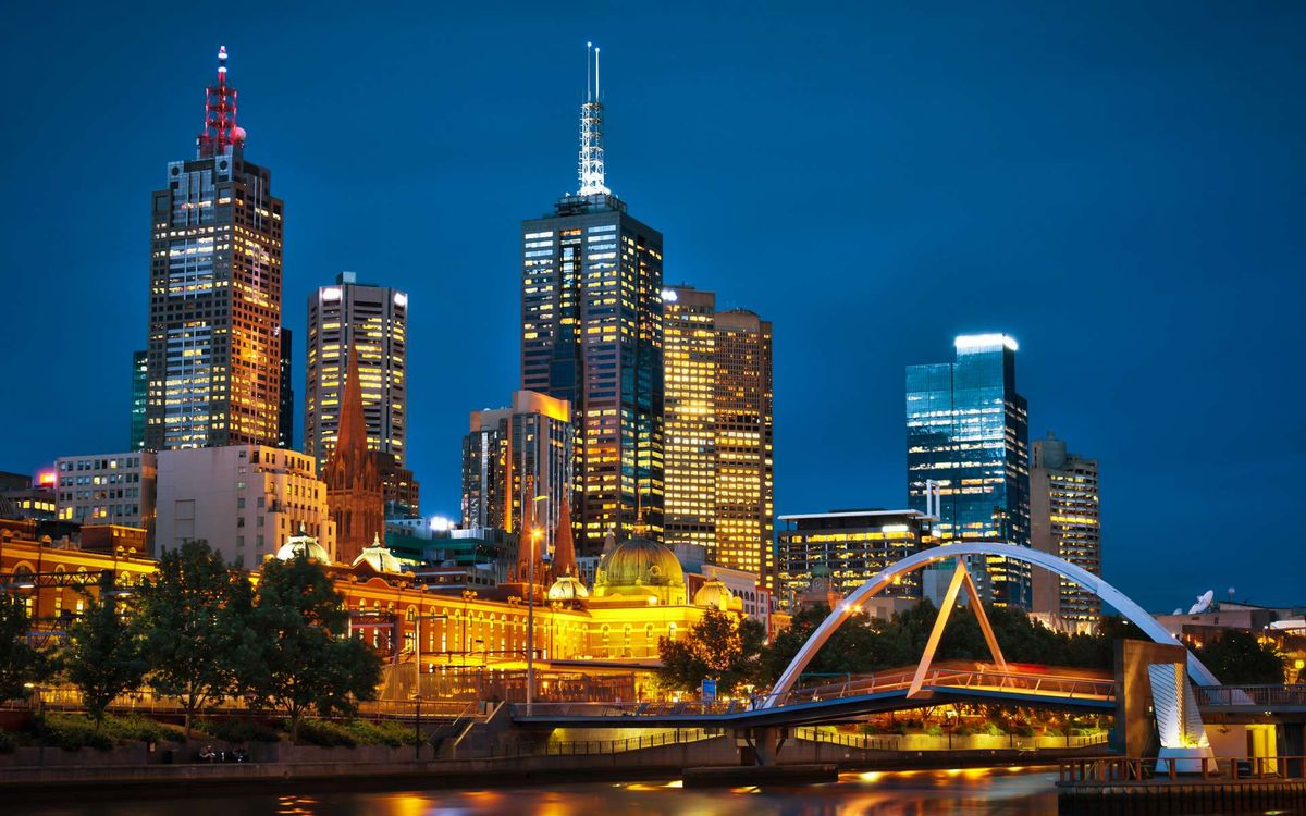 Фото бесплатно дома, высотки, вечер, мегаполис, свет, огни, небо, здания, мост, река, антенна, деревья, город, город