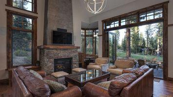 Бесплатные фото гостиная,диваны,столы,камин,окна,деревья,интерьер