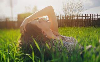 Бесплатные фото брюнетка, волосы, глаза, губы, трава, забор, девушки