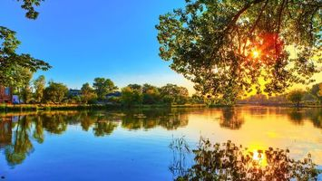 Фото бесплатно деревья, небо, облака, озеро, вода, отражение, солнце, свет, лучи, лето, пейзажи