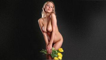 Обои девушка, блондинка, длинные, волосы, тюльпаны, ню, розы, эротика, девушки