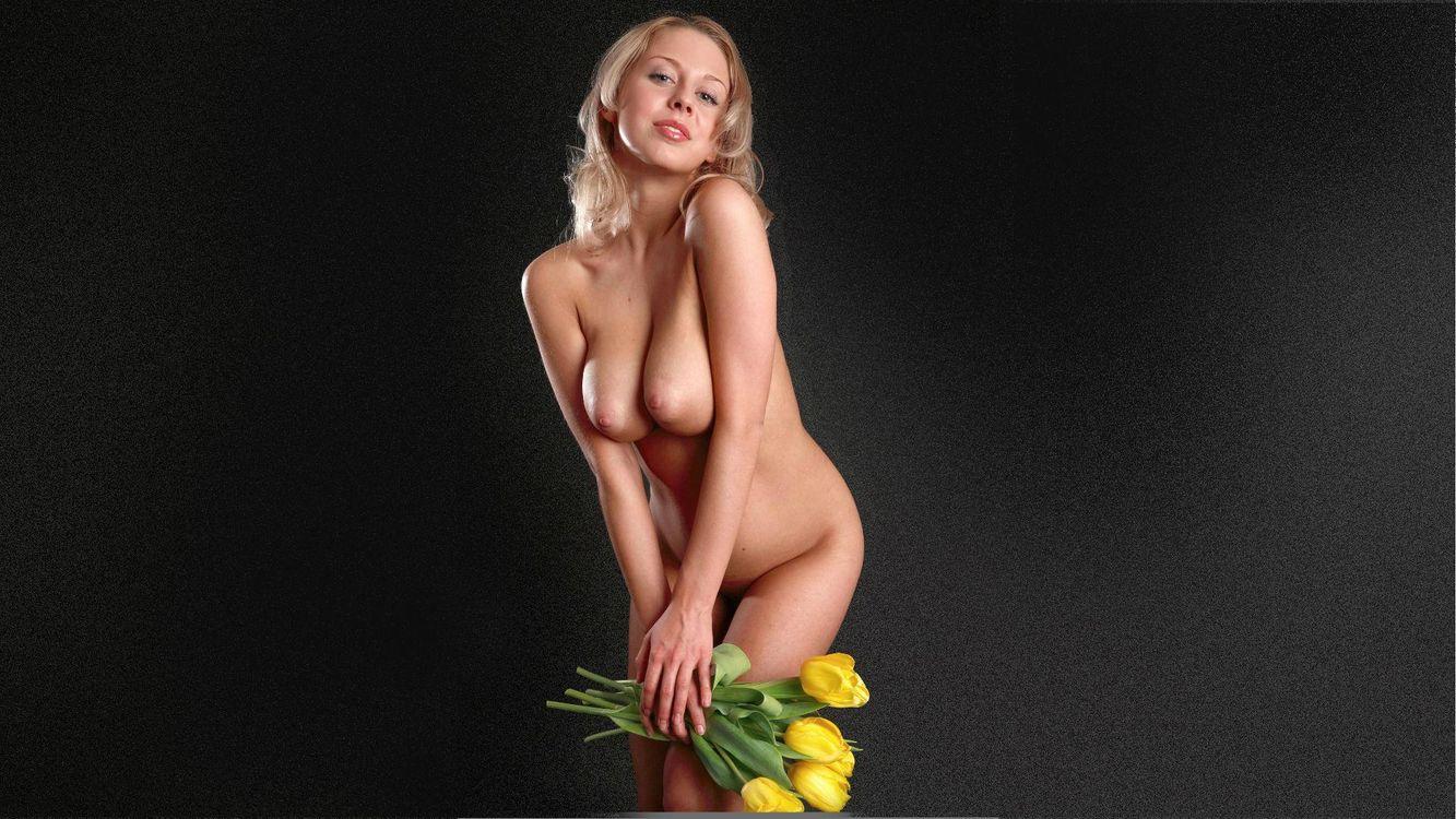 Фото бесплатно девушка, блондинка, длинные, волосы, тюльпаны, ню, розы, эротика, девушки, девушки