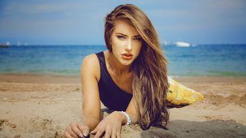 Бесплатные фото девушка,волосы,прическа,купальник,песок,берег,пляж