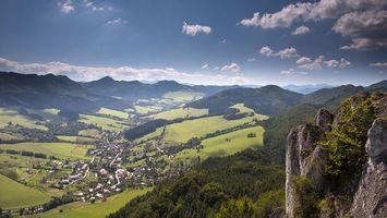 Бесплатные фото дома,крыши,горы,холмы,деревья,трава,город