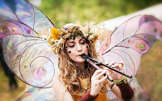 Фото бесплатно фея, крылья, волосы, прическа, венок, флейта, интрумент, девушки
