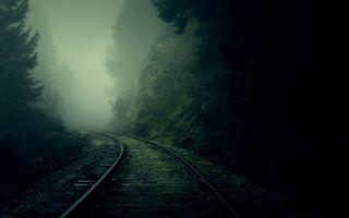 Заставки железная дорога, сумерки, мрак, туман, рельсы, шпалы, деревья, елки, лес, гора, скала, природа
