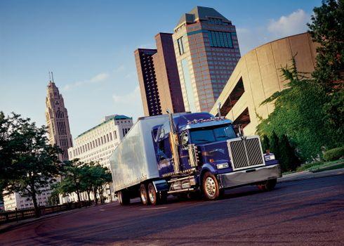 Фото бесплатно машина, город, дорога, здания, большая, колеса, прицеп, бампер, машины