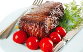 Бесплатные фото мясо,укроп,помидоры,тарелка,нож,вилка,стол