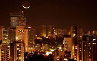 Бесплатные фото ночь,луна,месяц,дома,высотки,окна,огни