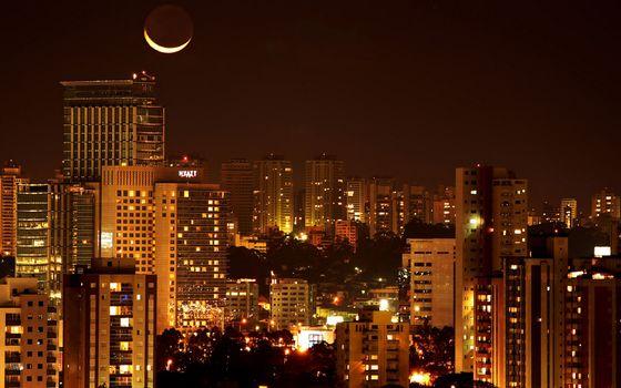 Бесплатные фото ночь,луна,месяц,дома,высотки,окна,огни,улица,деревья,жизнь,город