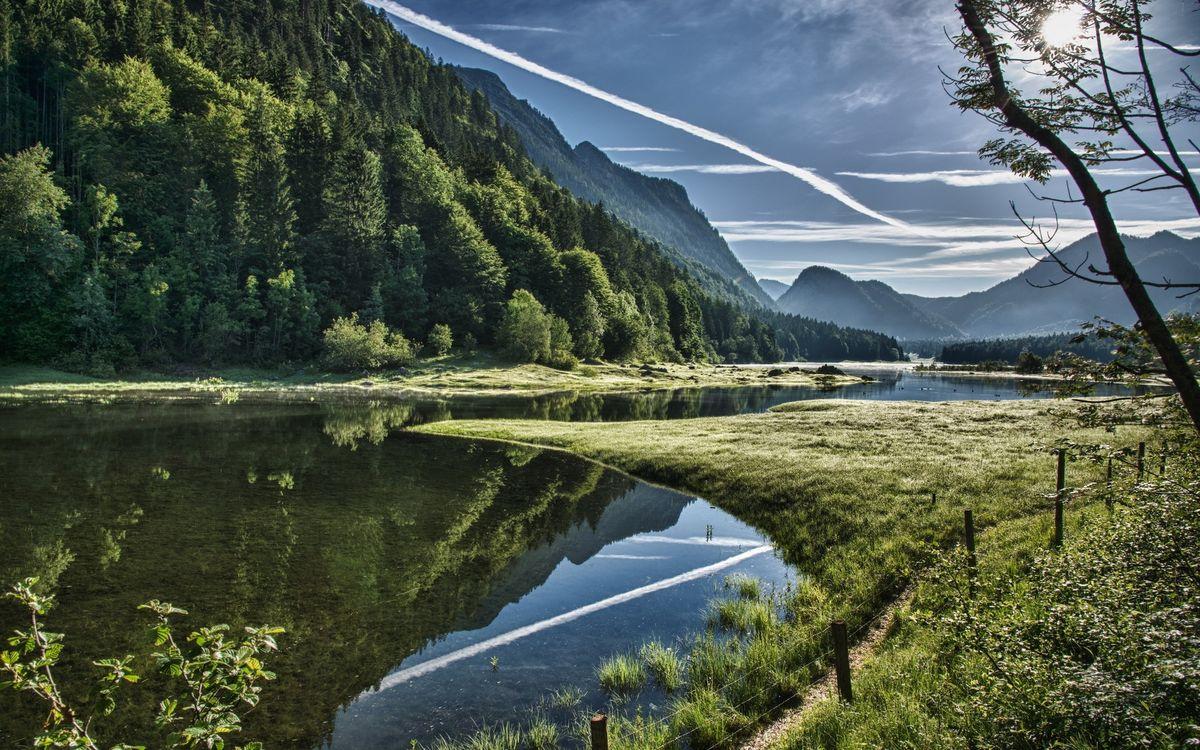 Фото бесплатно река, отражение, горы, растительность, ограждение, тропинка, природа