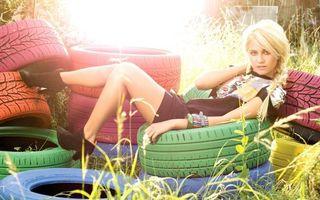 Фото бесплатно Пикси Лотт, сидит, шины