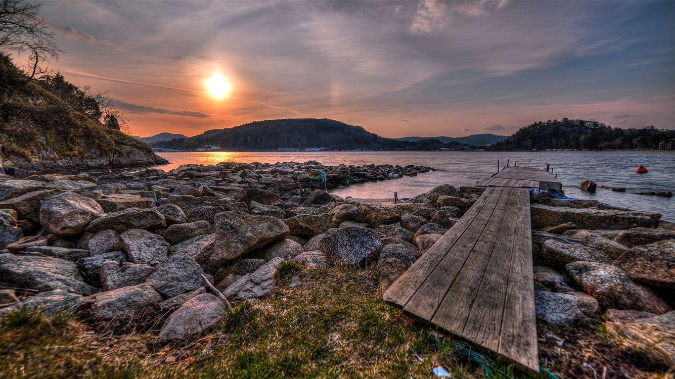 Фото бесплатно закат, солнце, река, берег, горы, дома, мостик, камни, валуны, пейзажи, пейзажи