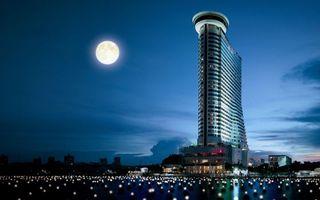 Бесплатные фото здание,небоскреб,ночь,небо,луна,озеро,залив