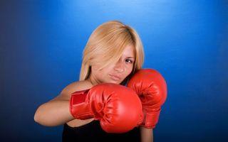 Бесплатные фото блондинка,глаза,взгляд,губы,перчатки,боксерские,красные