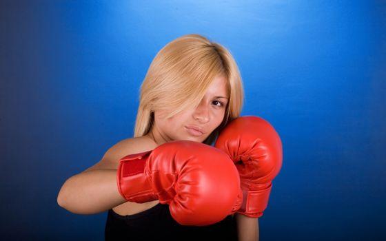 Фото бесплатно блондинка, глаза, взгляд, губы, перчатки, боксерские, красные, девушки