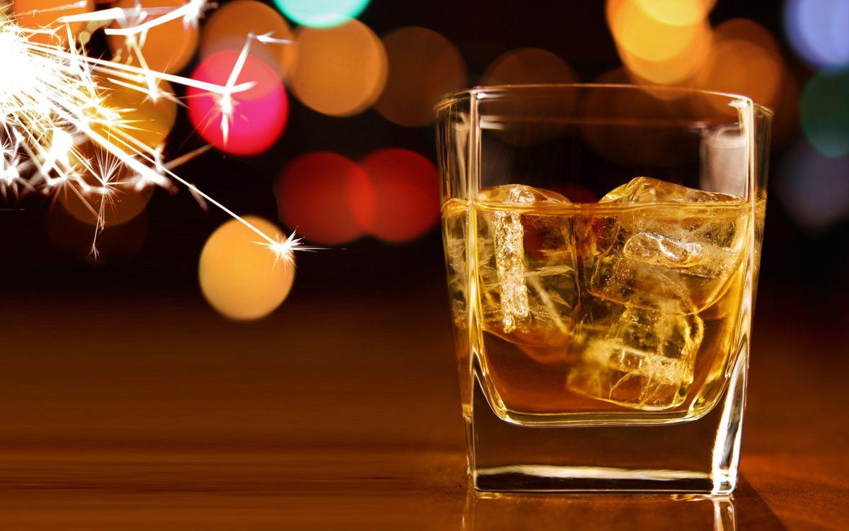 Фото бесплатно бокал, стакан, виски, лед, свет, огни, искры, блики, стол, жидкость, напитки, новый год, настроения, праздники, праздники
