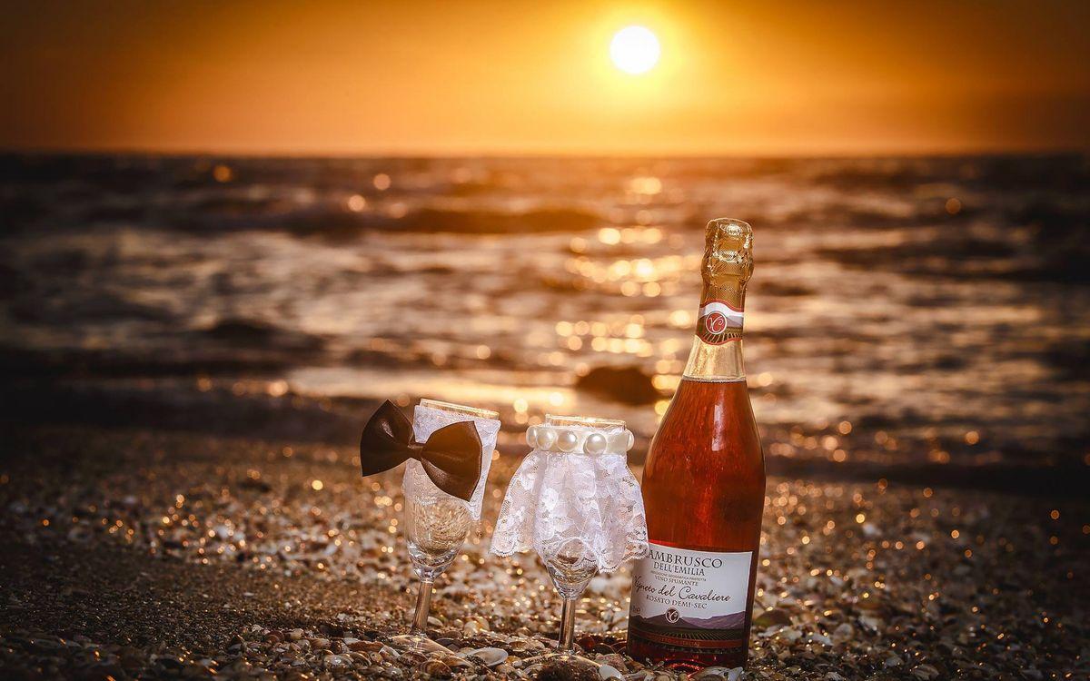 Фото бесплатно бутылка, шампанское, фужеры, украшенные, бабочка, фата, берег, море, солнце, напитки, напитки