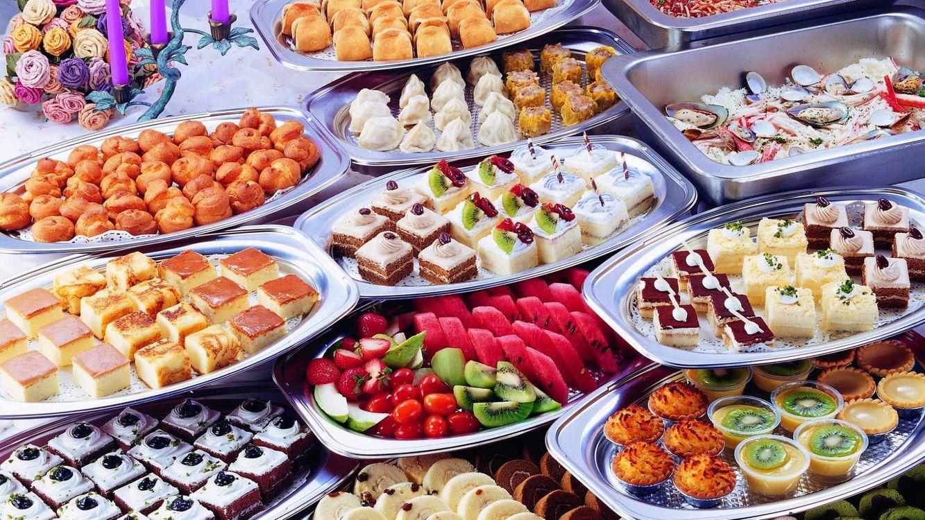 Картинка десерт, тарелки, сладости, фрукты, киви, цветы, еда на рабочий стол. Скачать фото обои еда