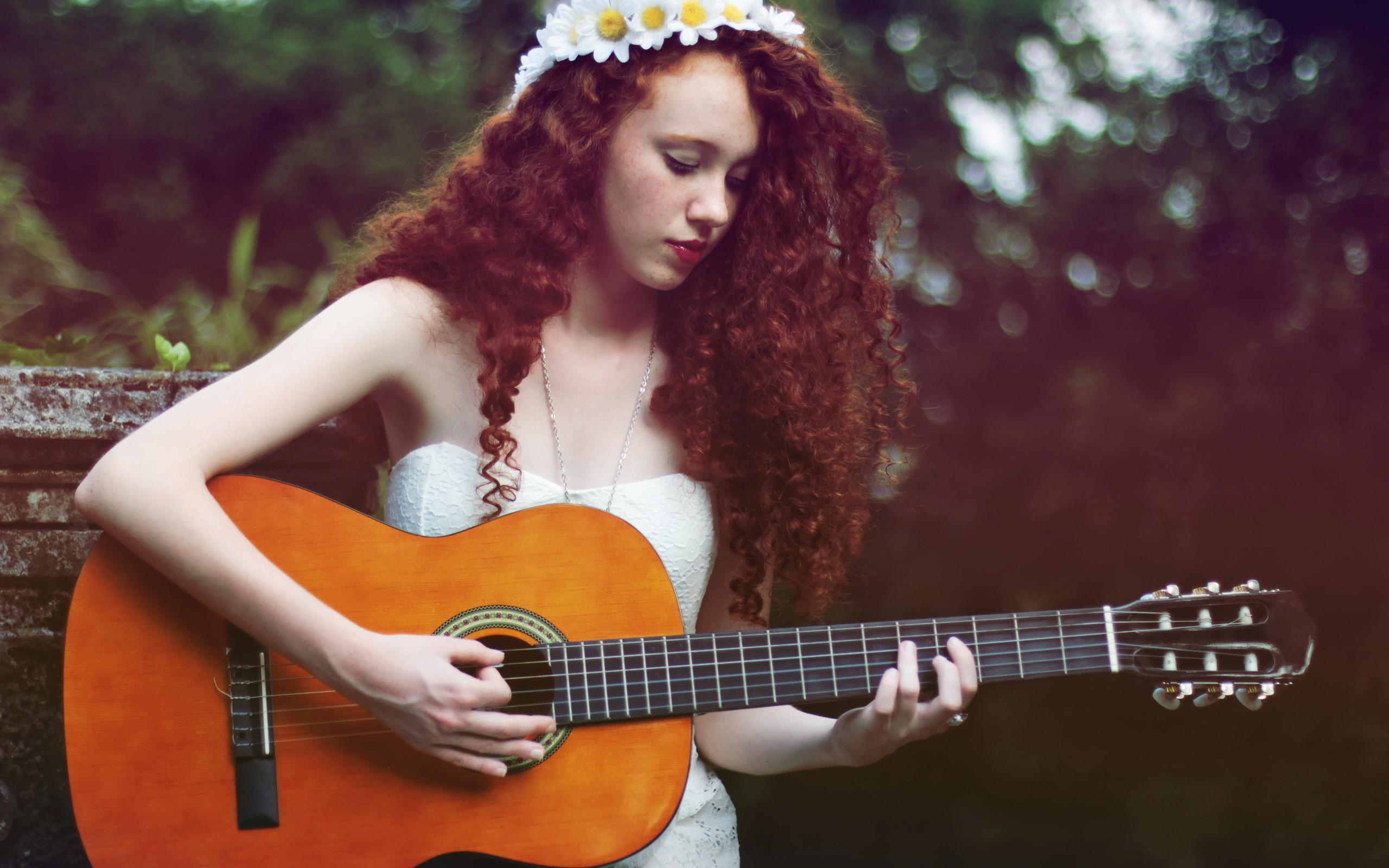 девушка, играет на гитаре, струны