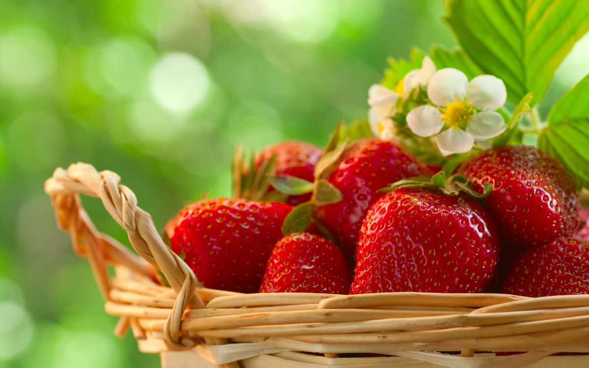 Фото бесплатно клубника, ягоды, десерт, корзинка, цветки, листья, еда, еда