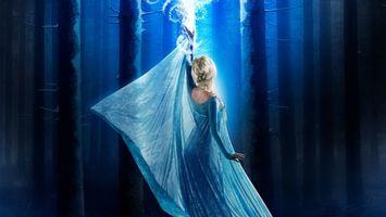 Бесплатные фото лес,деревья,девушка,блондинка,платье,голубое,магия