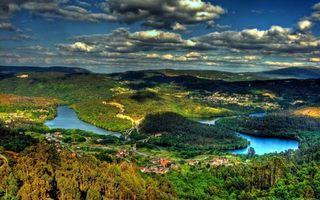 Бесплатные фото река,горы,лес,дома,деревья,тучи,тень