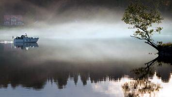 Обои река, вода, яхта, туман, дерево, дом, берег, пейзажи