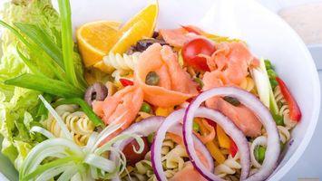 Бесплатные фото салат,лук,креветки,лимон,макароны,тарелка,белая