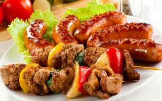 Бесплатные фото шашлык,мясо,шпажка,сосиски,колбаски,гриль,салат