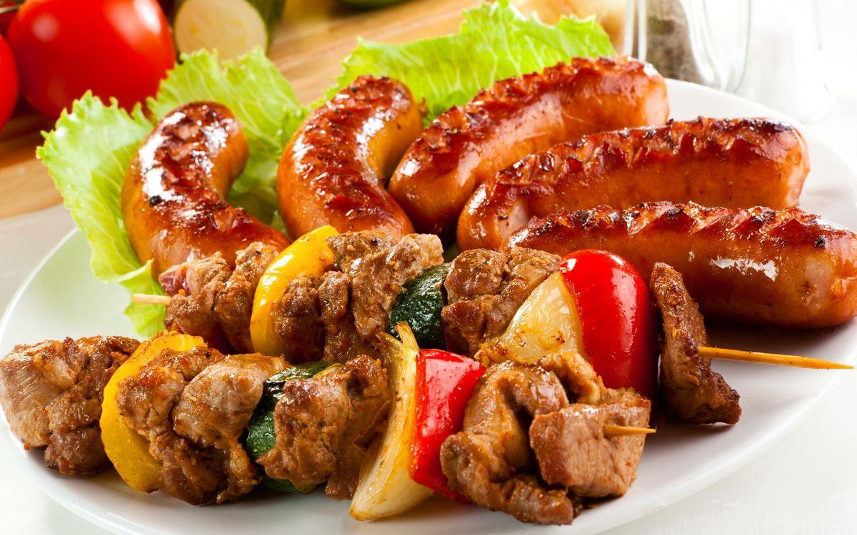 Обои шашлык, мясо, шпажка, сосиски, колбаски, гриль, салат, листья, тарелка, помидор, томат, еда на телефон | картинки еда - скачать