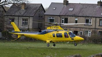 Заставки вертолет, желтый, окна, стекло, люди, дома, трава, авиация