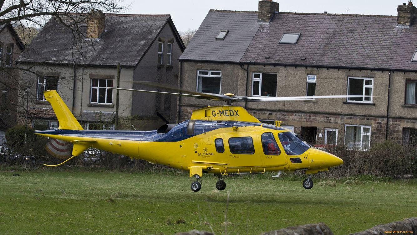Фото бесплатно вертолет, желтый, окна, стекло, люди, дома, трава, авиация, авиация