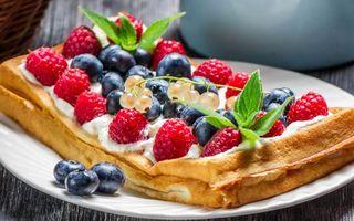 Обои ягоды, малина, черника, десерт, бисквит, сладости, стол, еда