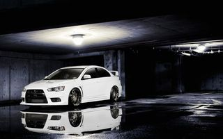 Фото бесплатно mitsubishi, evo, 10, автомобиль, колеса, шины, диски, гараж, парковка, свет, светильник, лужа, отражение, фары, бампер, машины