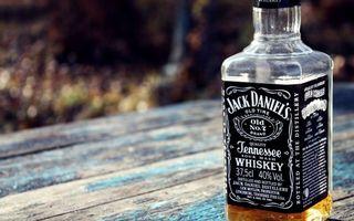Бесплатные фото бутылка,виски,джек,дэниэл,алкоголь,спиртное,стол